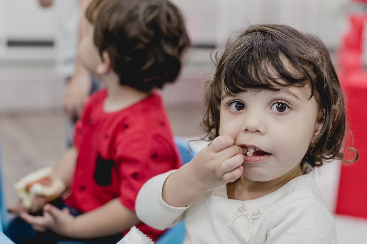 crianca comendo pipoca