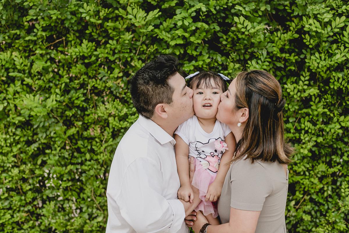 ganhando um beijo sanduiche da mamae e do papai