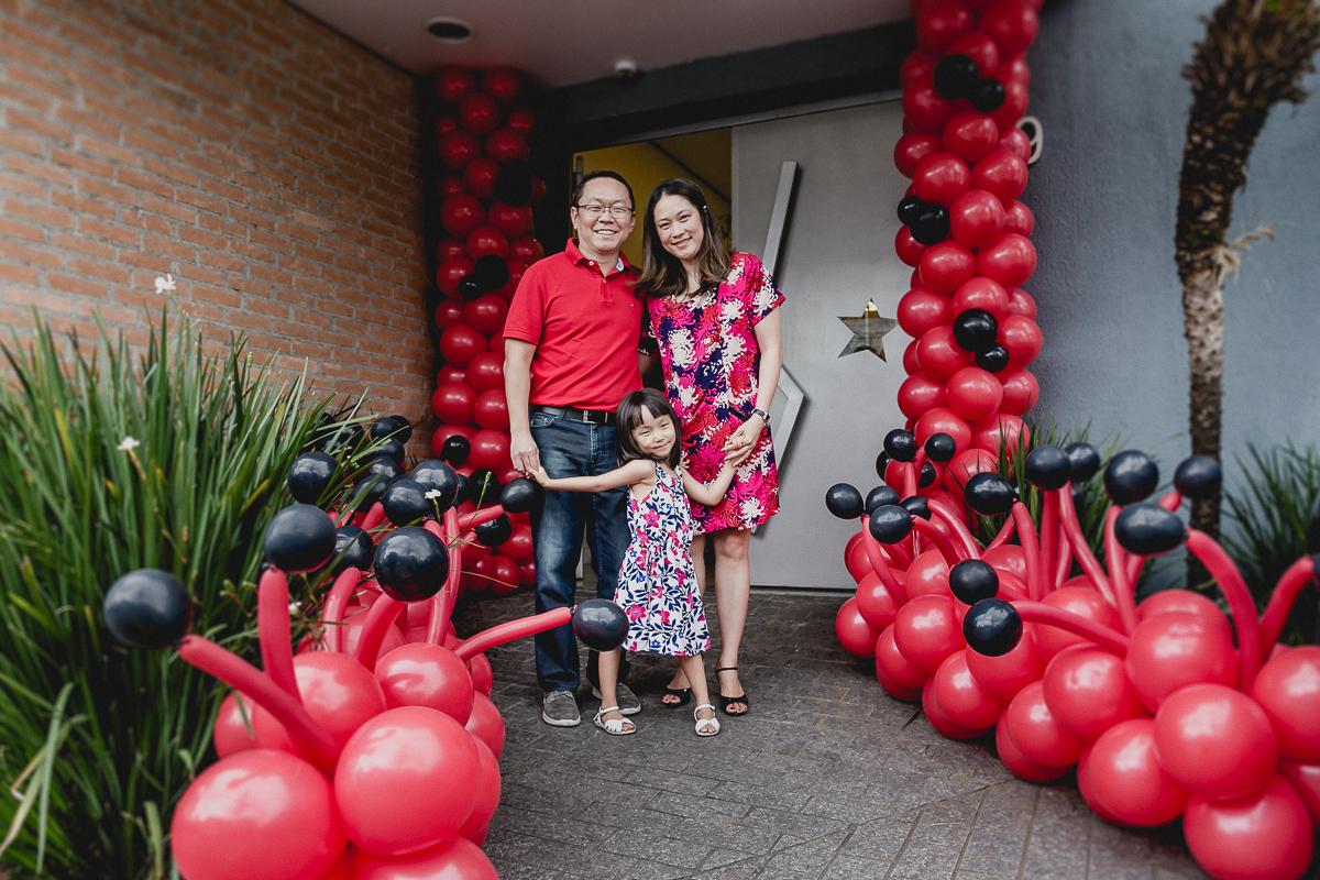 retrato em familia na fachada do buffet mago ra tim boom localizado no itaim sao paulo sp