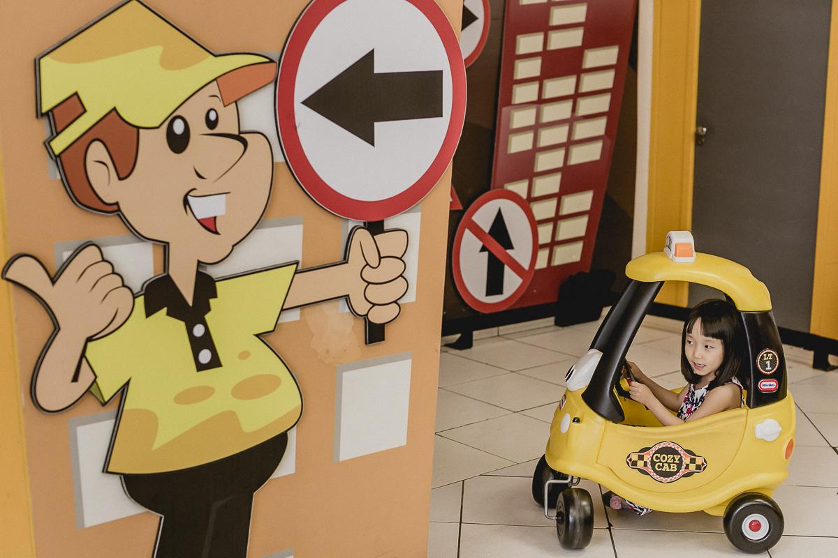 brincando nos carrinhos de taxi do buffet mago ratimboom