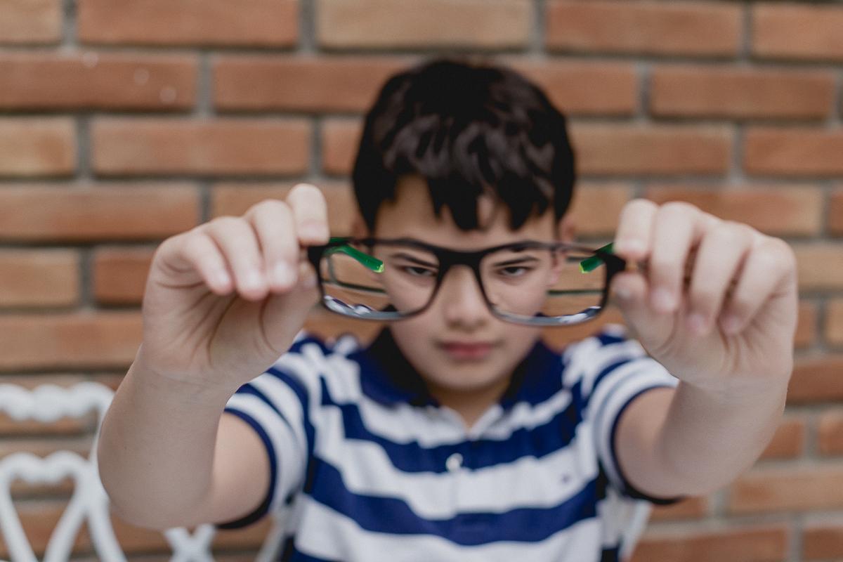 se divertindo com o oculos