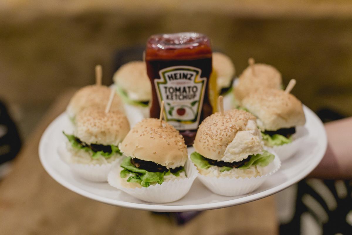 lanche de hamburguer no buffet miniland