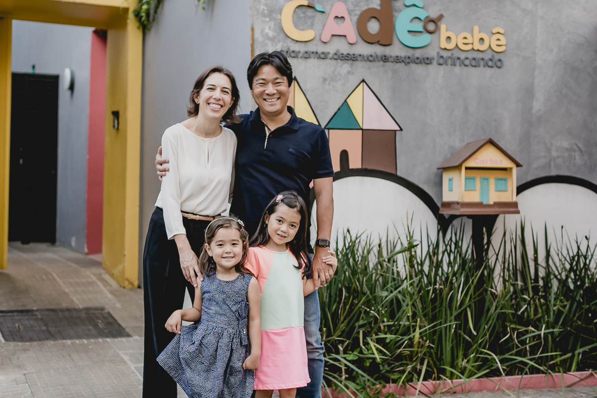 foto de familia na frente do espaco cade bebe localizado no bairro itaim sao paulo sp