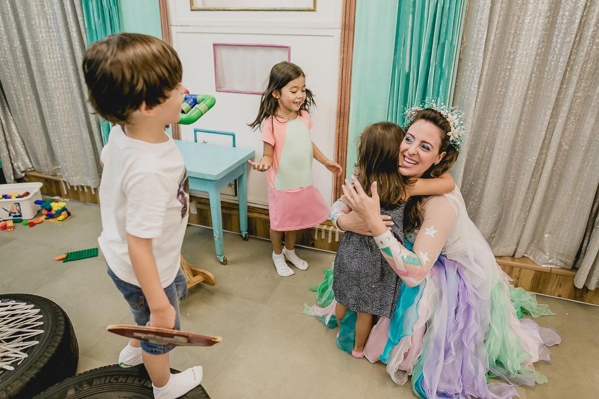 caramelo estrelinha abraçando a bibi na festa de 4 anos