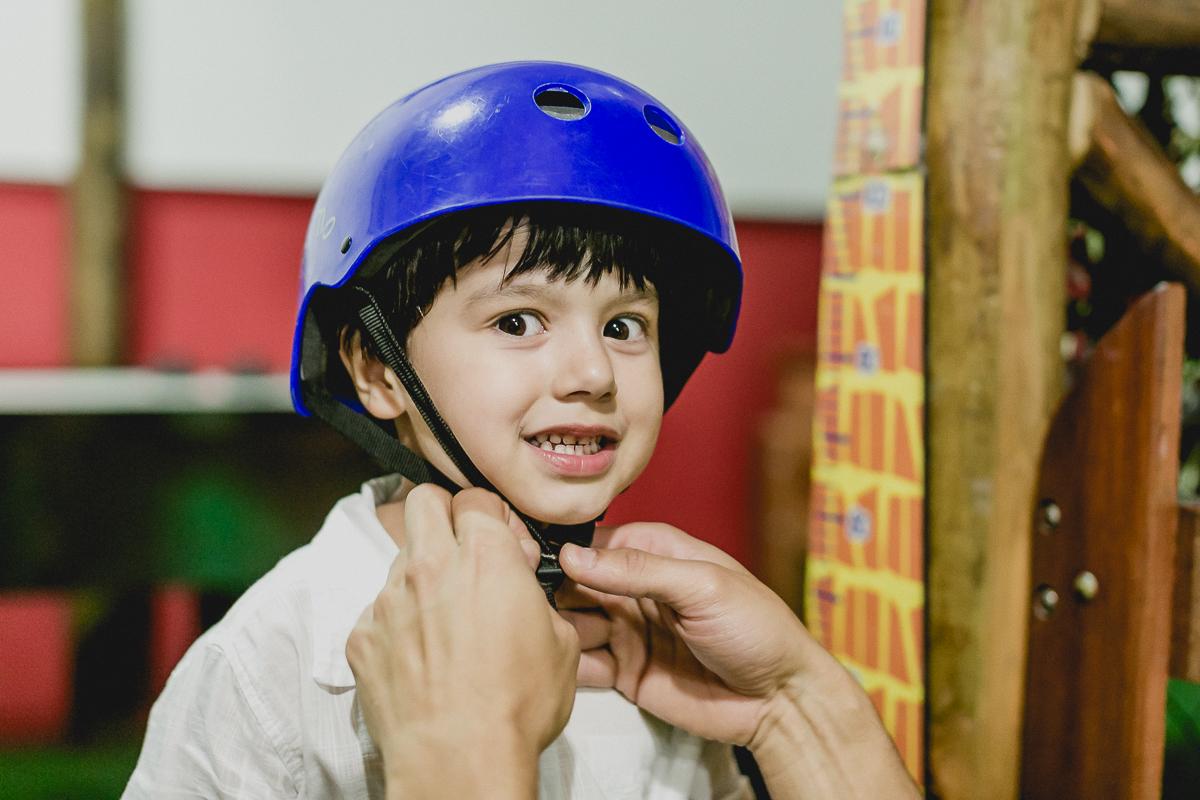 se preparando e colocando o capacete para praticar arvorismo no buffet espaço puzzle