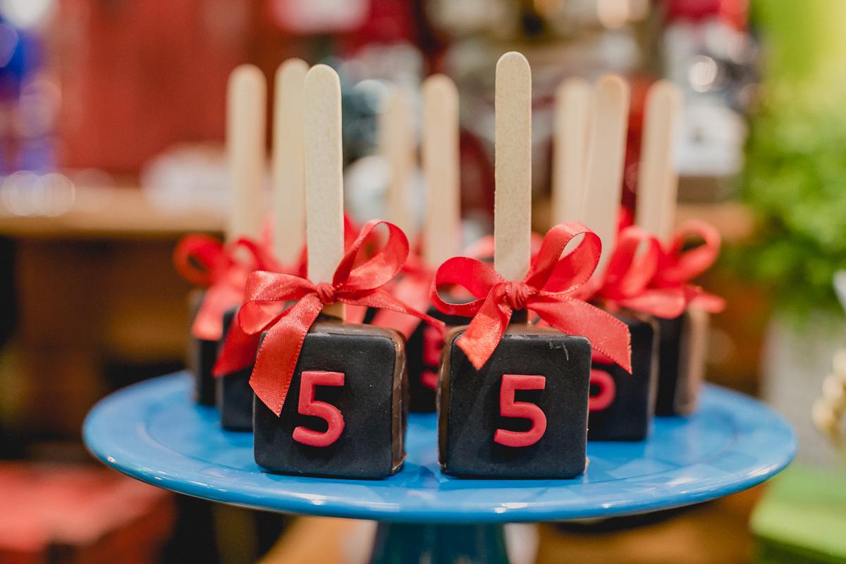 docinhos na mesa do bolo