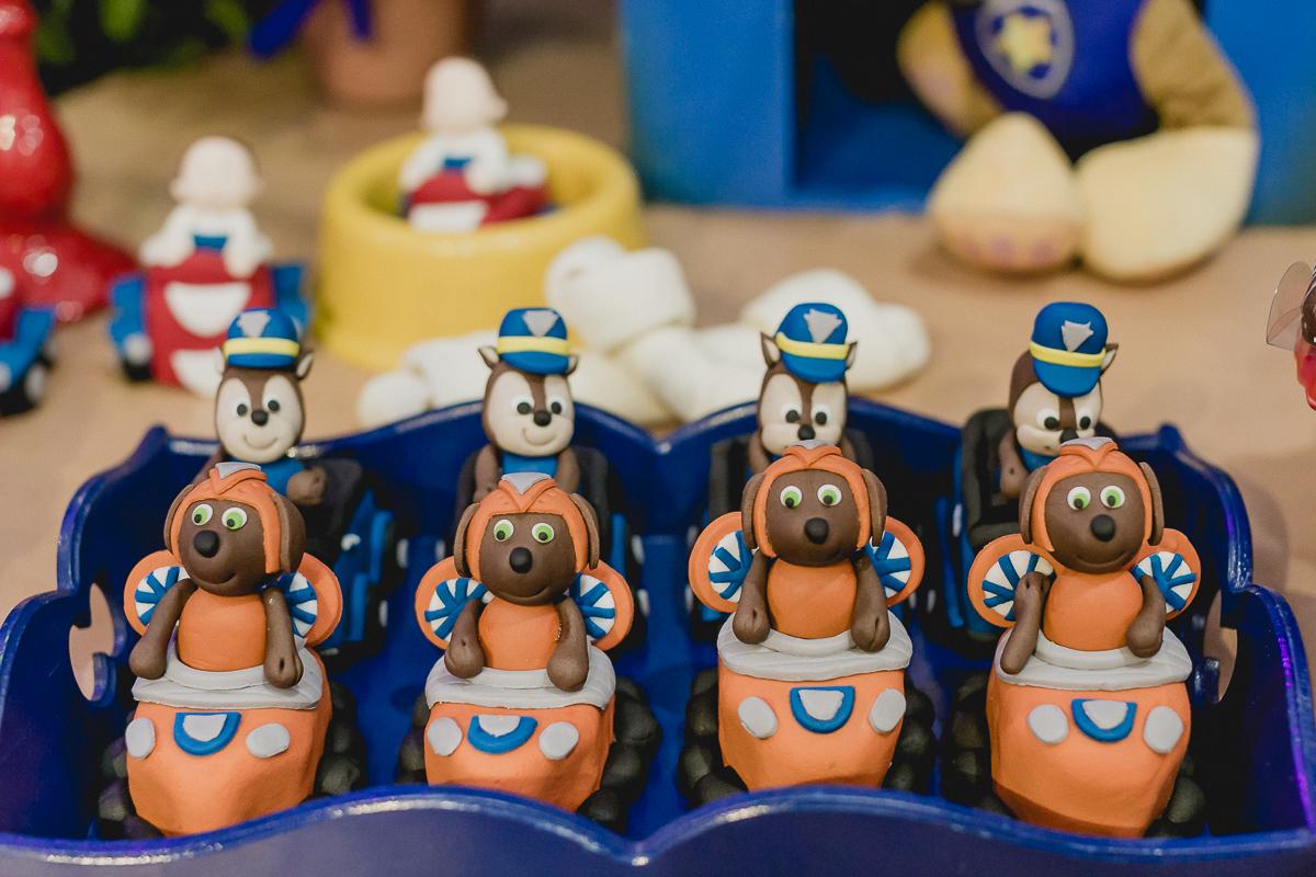detalhes da mesa do bolo com o tema da patrulha canina
