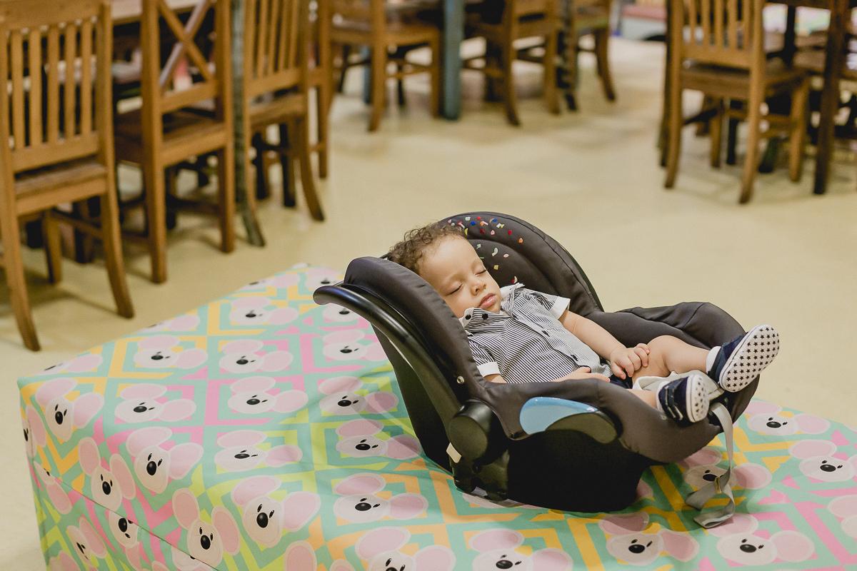 thomas henrique dormindo no começo da sua festa de 1 ano