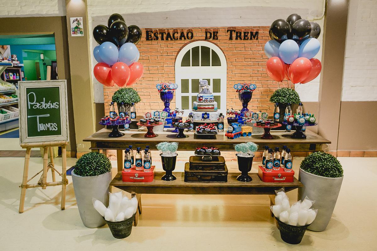 mesa do bolo com o tema do thomas e seus amigos