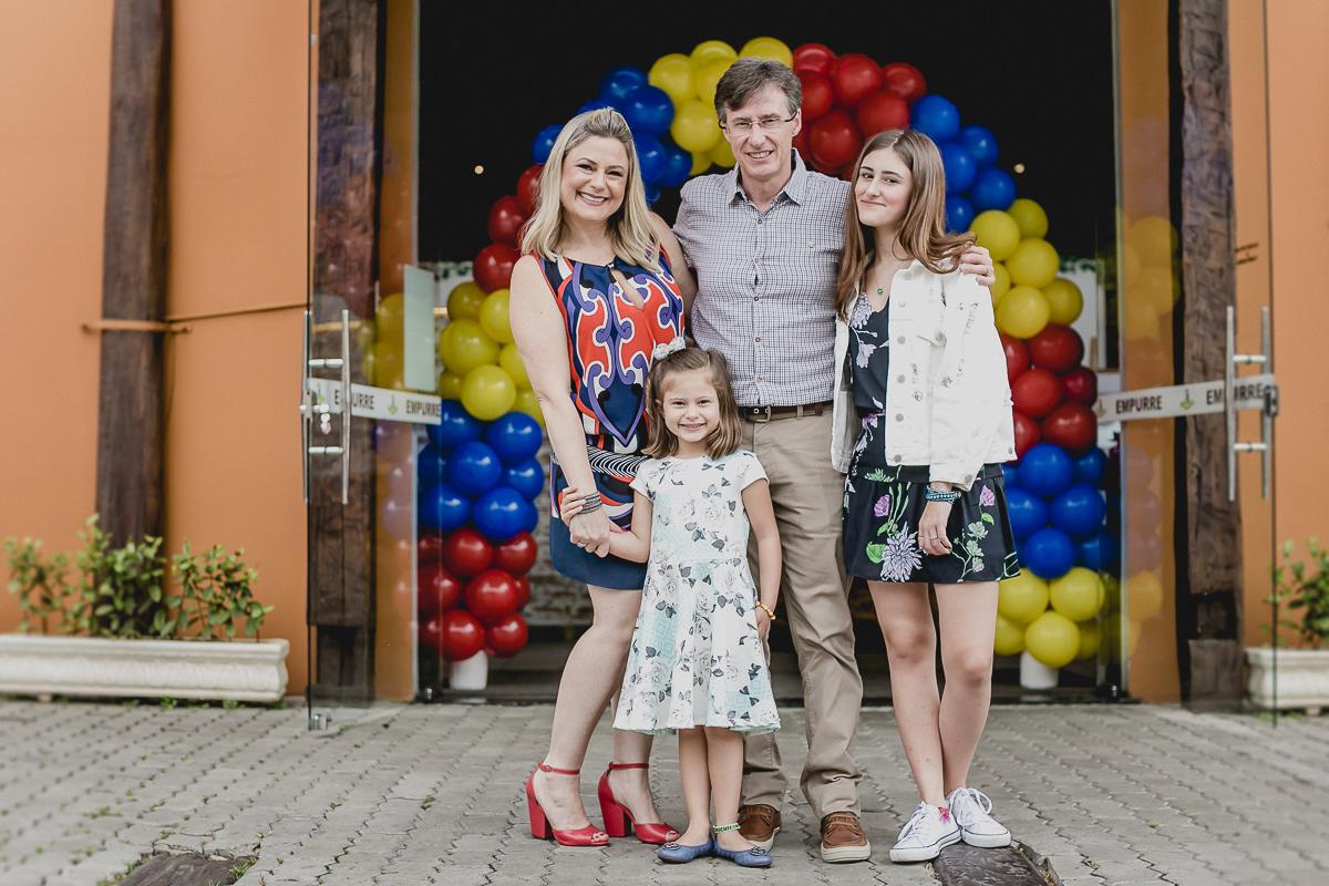fotografia em familia na frente da fachada do buffet toca do toco vila mariana zona sul sp