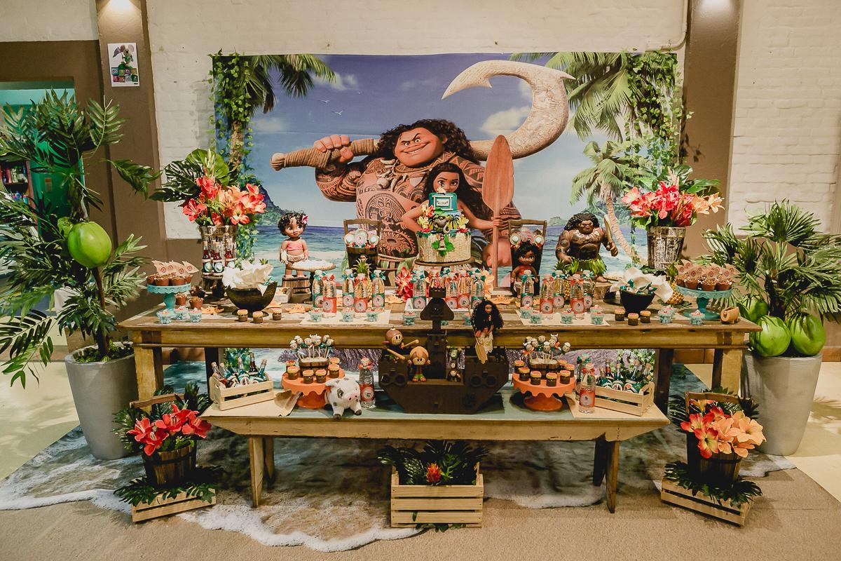 mesa do bolo com o tema moana feita pela marcia colonese no buffet miniland tatuape