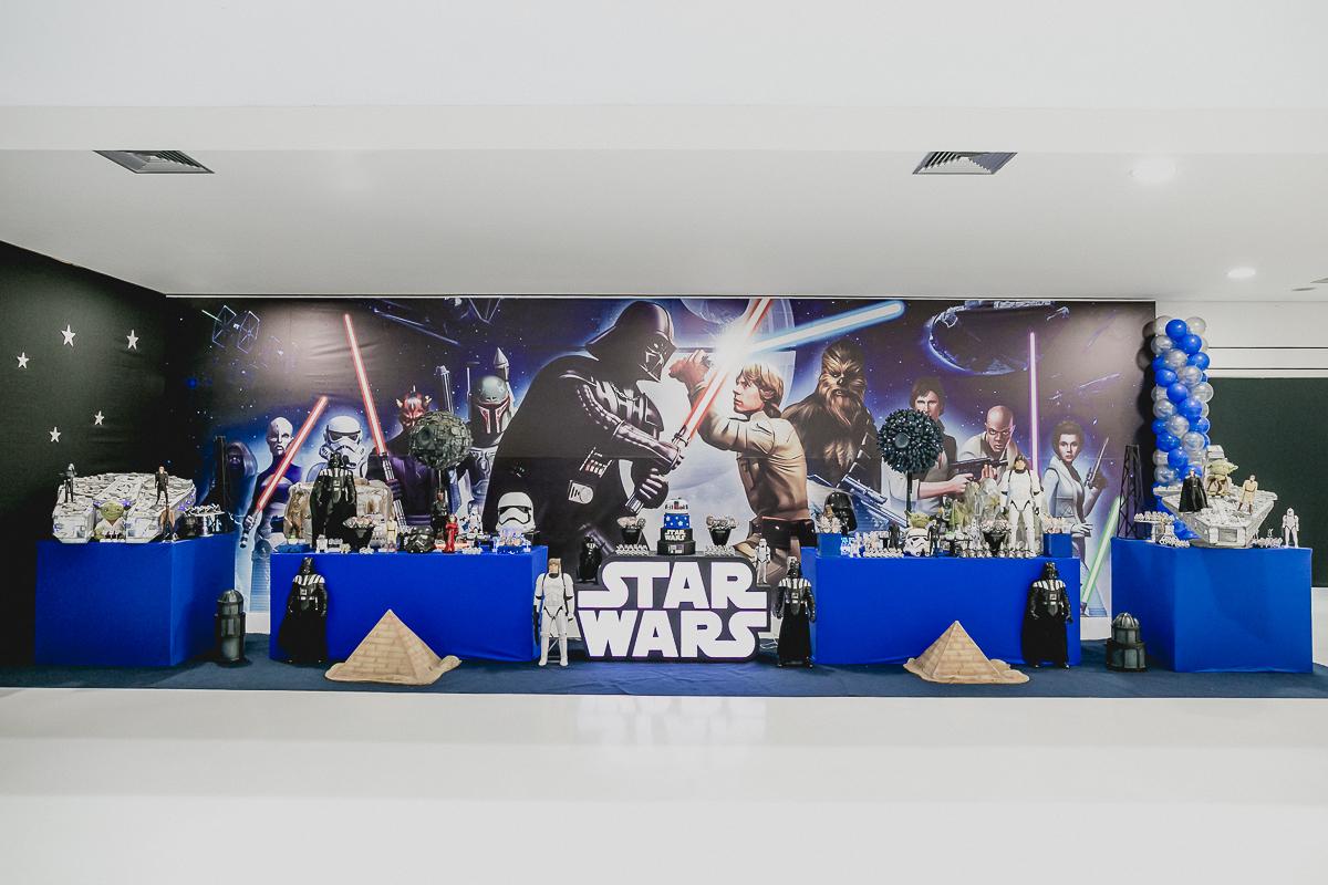mesa decorada com o tema star wars e feita pela cleuza ferreira decorações com bolo do gustavo henrik cake designer