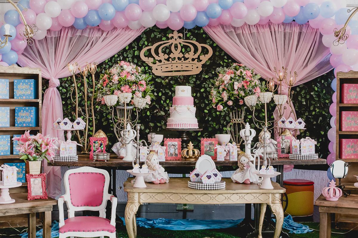 mesa do bolo com o tema de passarinhos