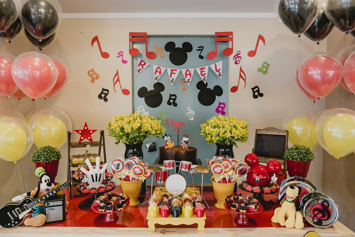 mesa do bolo com o tema mickey e minnie