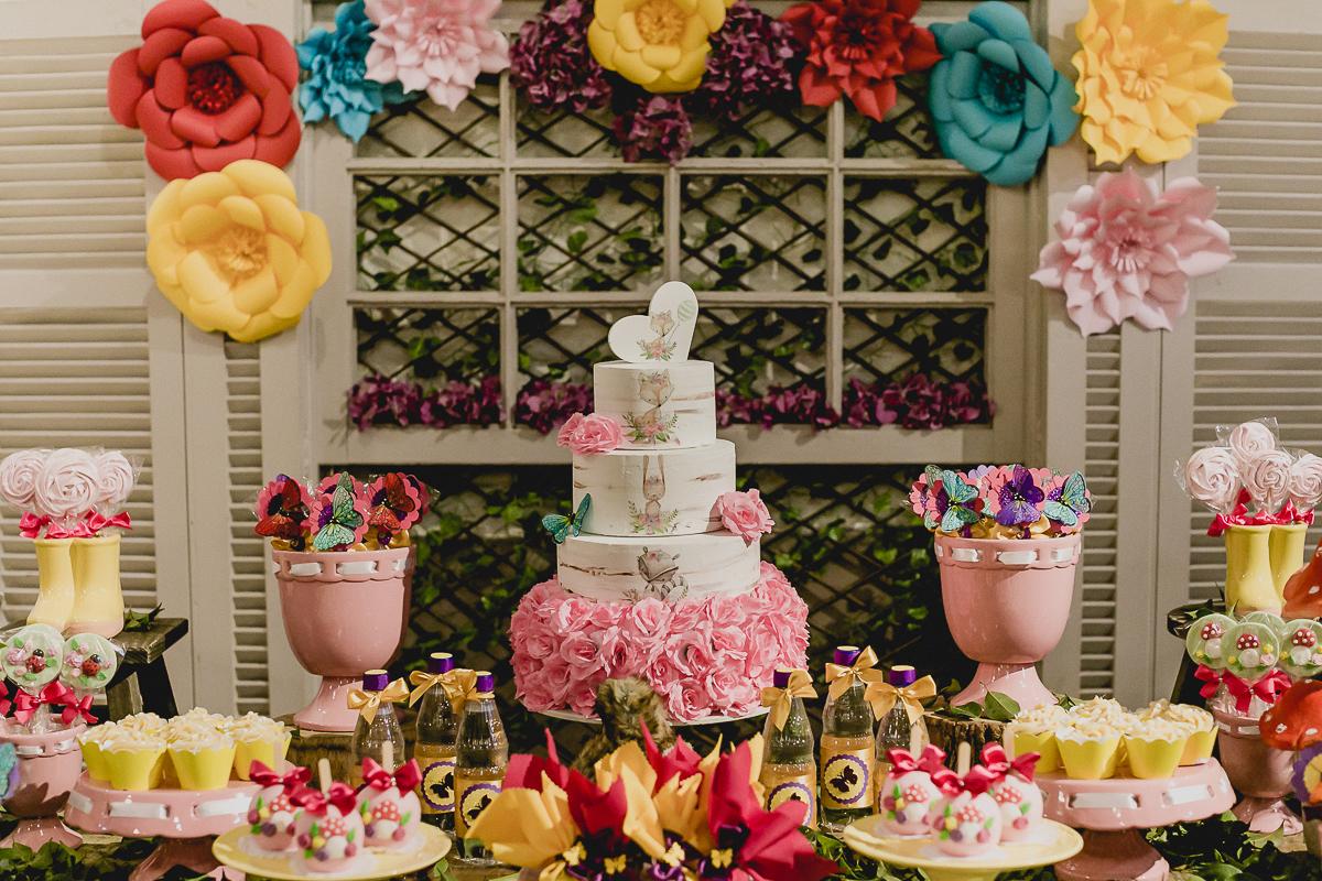 detalhes da mesa do bolo com o tema jardim das borboletas feita pela marcia colonese