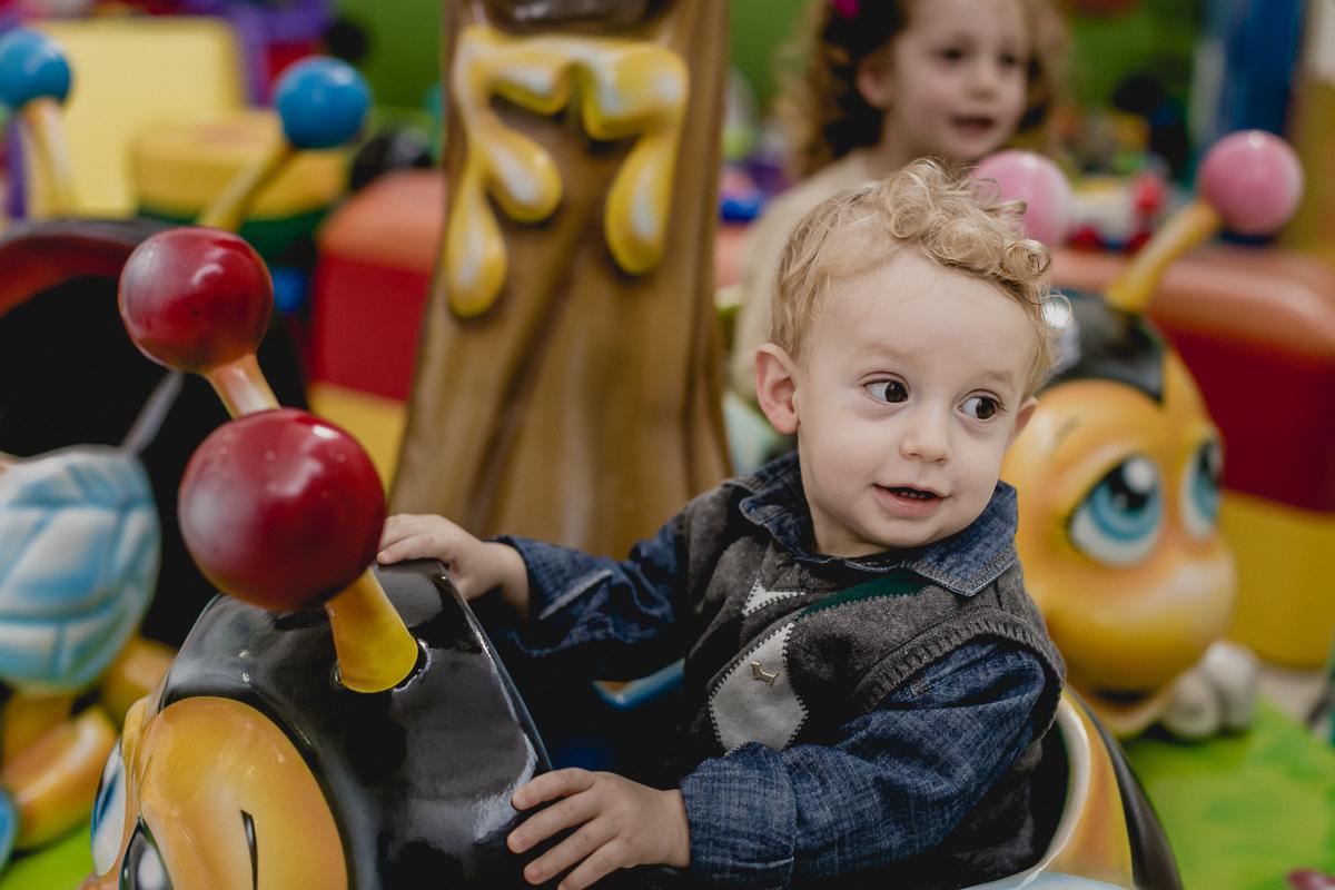 Miguel brincando no carrosel no Buffet Happy Club - Moema - SP