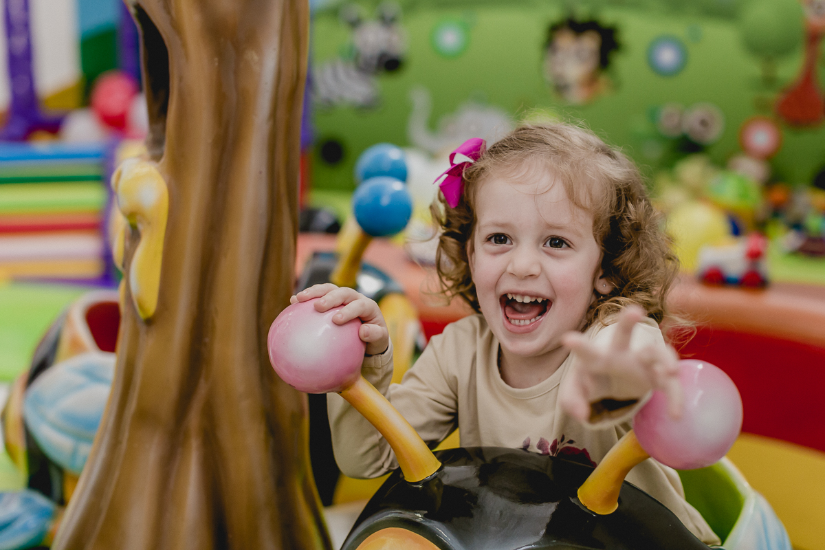 sofia brincando no carrossel no Buffet Happy Club - Moema - SP