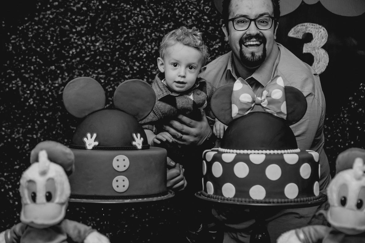 Papai e filho na frente da mesa do bolo no Buffet Happy Club - Moema - SP