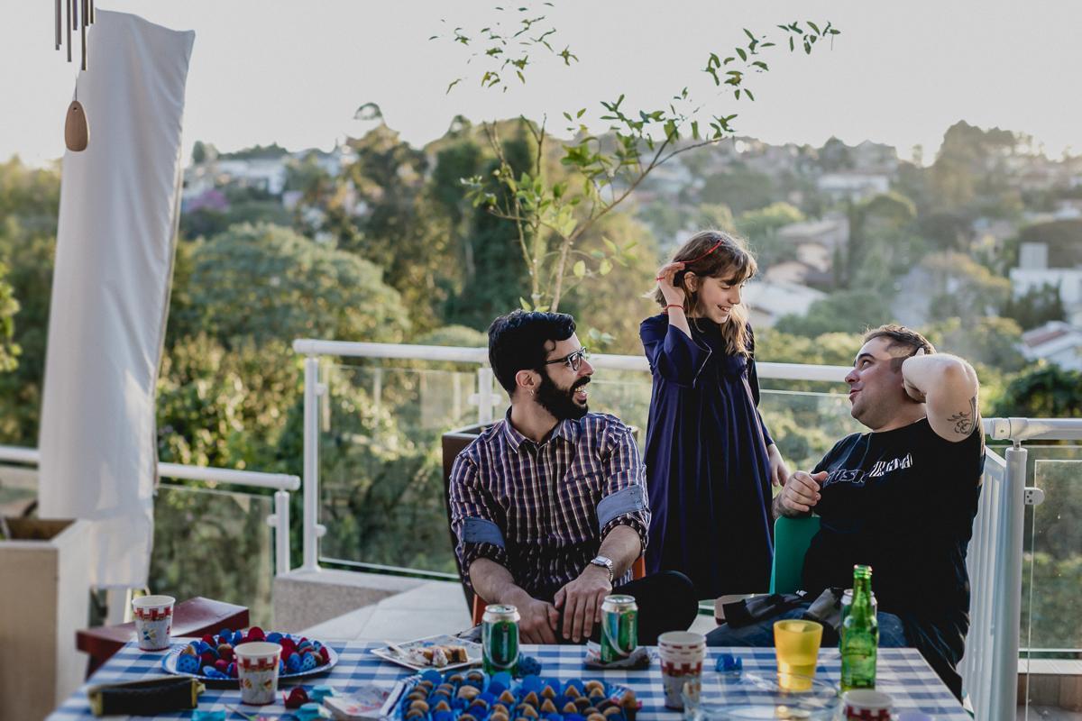 Papai, irmã e padrinho conversando no final da festa no Residencial Euroville - Carapicuiba - SP