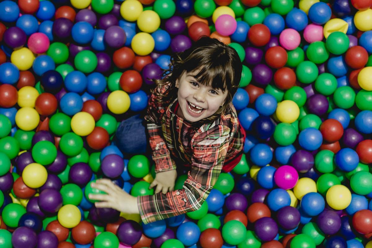 Alice brincando com a bolinha na piscina de bolinhas do Espaço Diversão e Arte - Zona Norte - SP