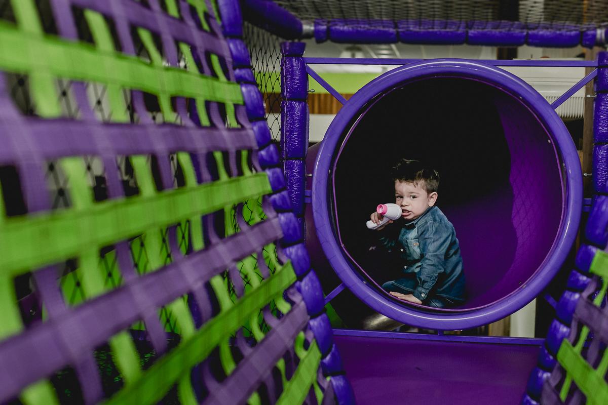 Lucas descendo no escorregador do Espaço Diversão e Arte - Zona Norte - SP