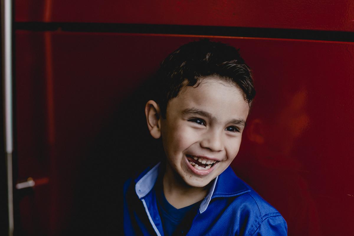 Samuel sorrindo na porta do Espaço Diversão e Arte - Zona Norte - SP