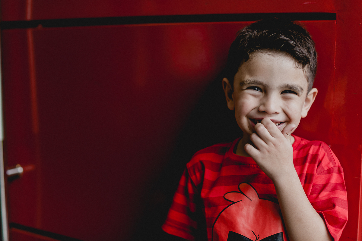 Samuel dando muitas risadas na porta vermelha do Espaço Diversão e Arte - Zona Norte - SP