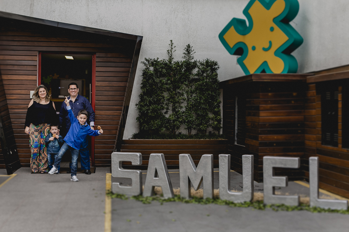 Samuel e familia na fachada do no Espaço Diversão e Arte - Zona Norte - SP