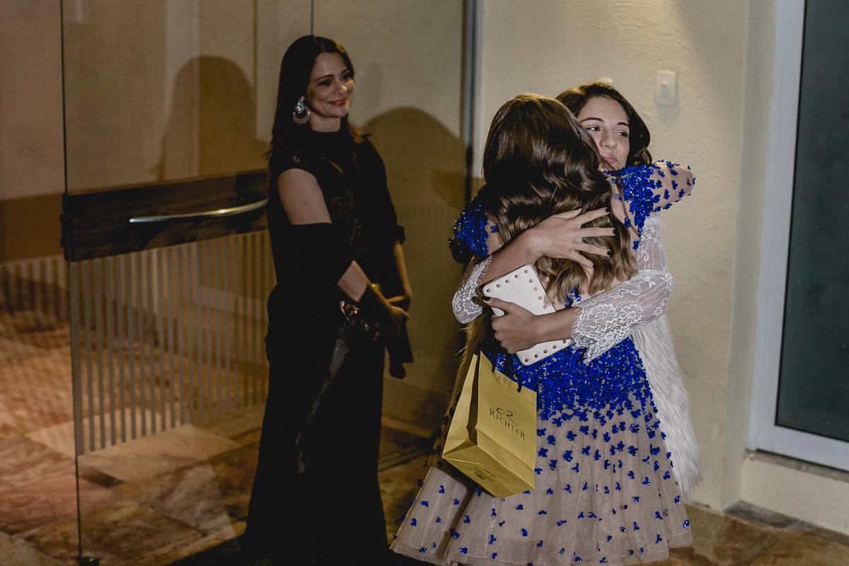 Renata recebendo um abraço na festa de 15 anos nos Jardins - SP