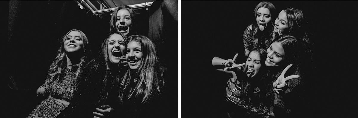 Se divertindo com as amigas na maquina de fotos