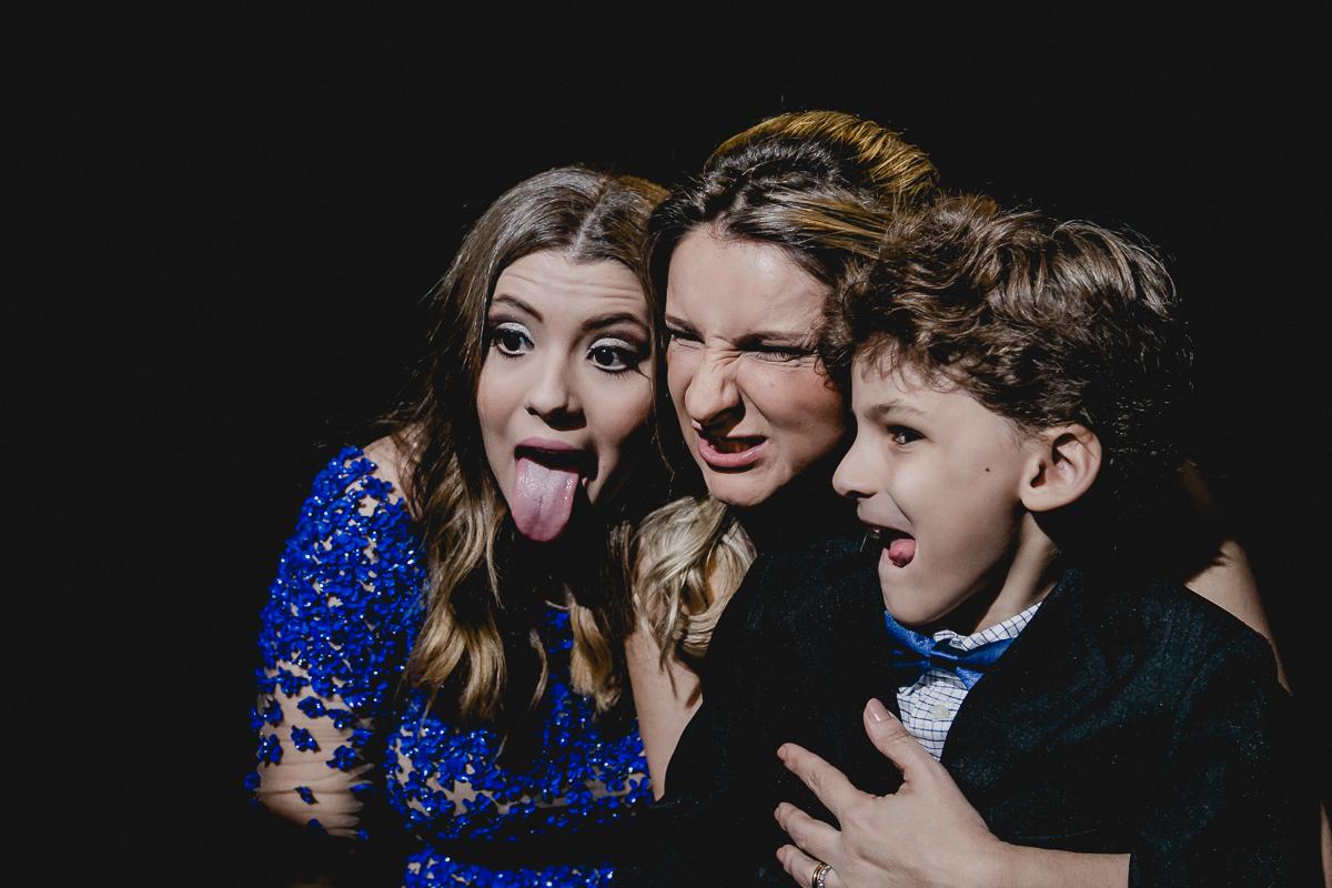 Tirando fotos com a mãe e o irmão