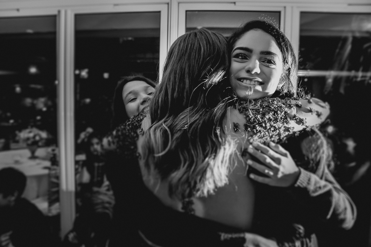 Recebendo o abraço das amigas