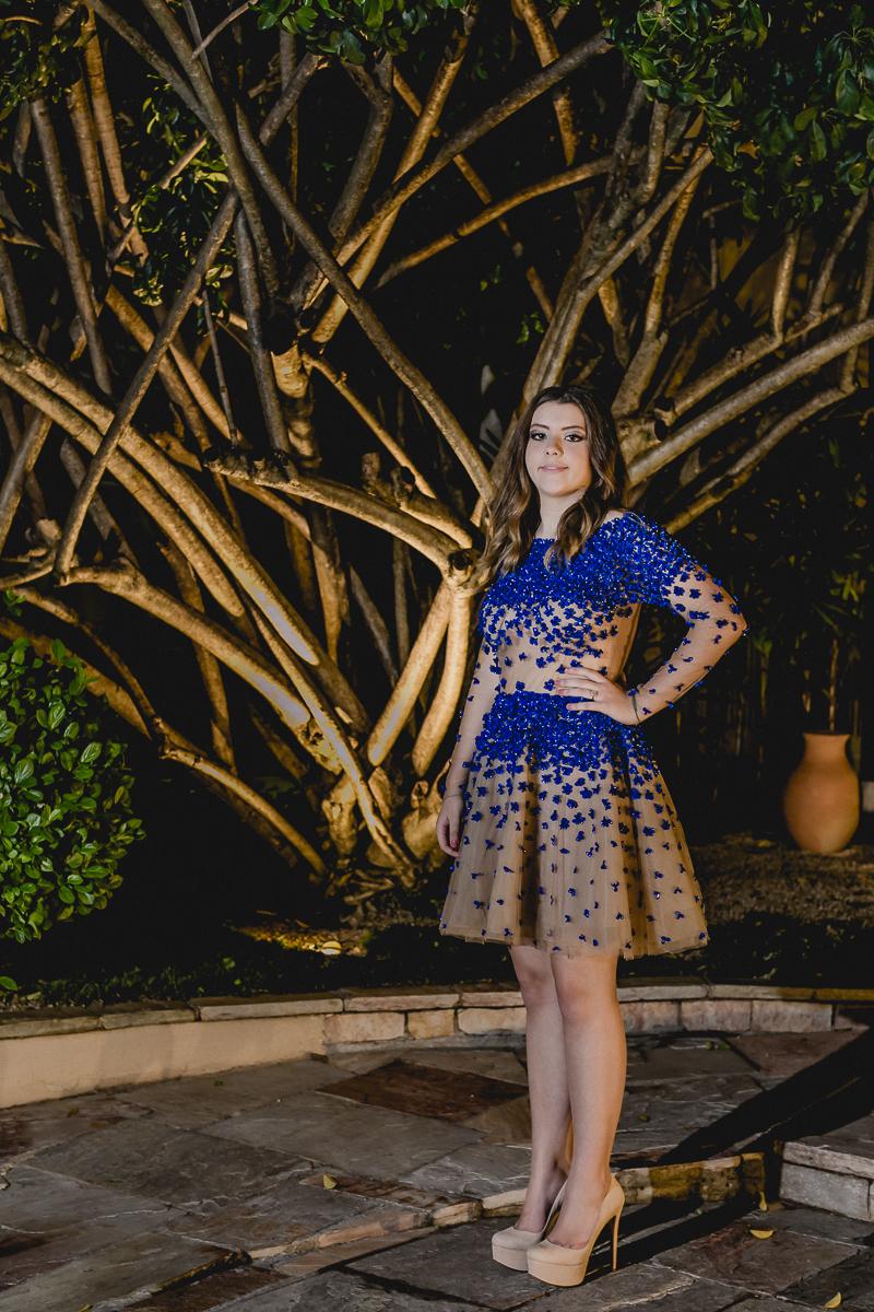 Renata na frente do Prédio no final da festa