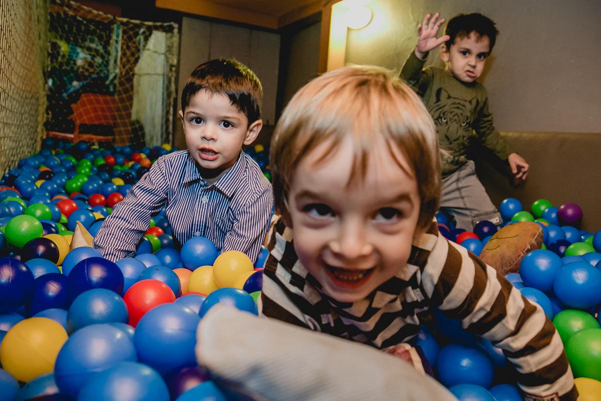 Andre e amigos brincando na piscina de bolinhas