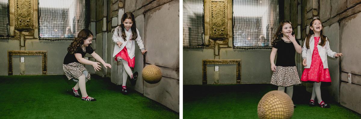 Bruna jogando bola com a amiguinha
