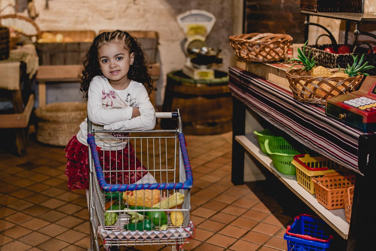 Fazendo compras de verduras no buffet Miniland