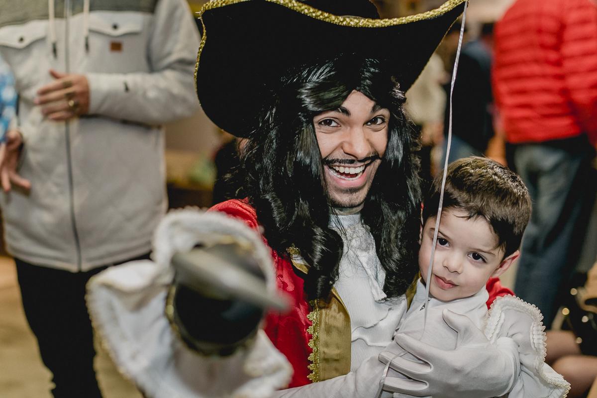 Andre dando tchau para o pirata no final da festa