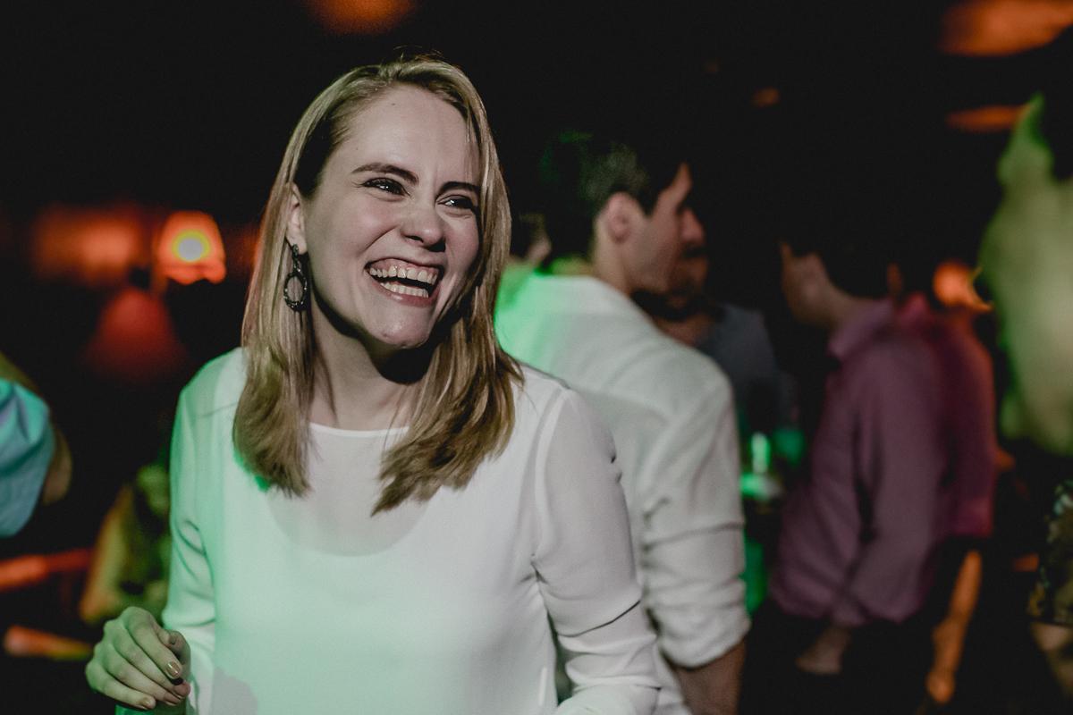 Amiga rindo e se divertindo na festa