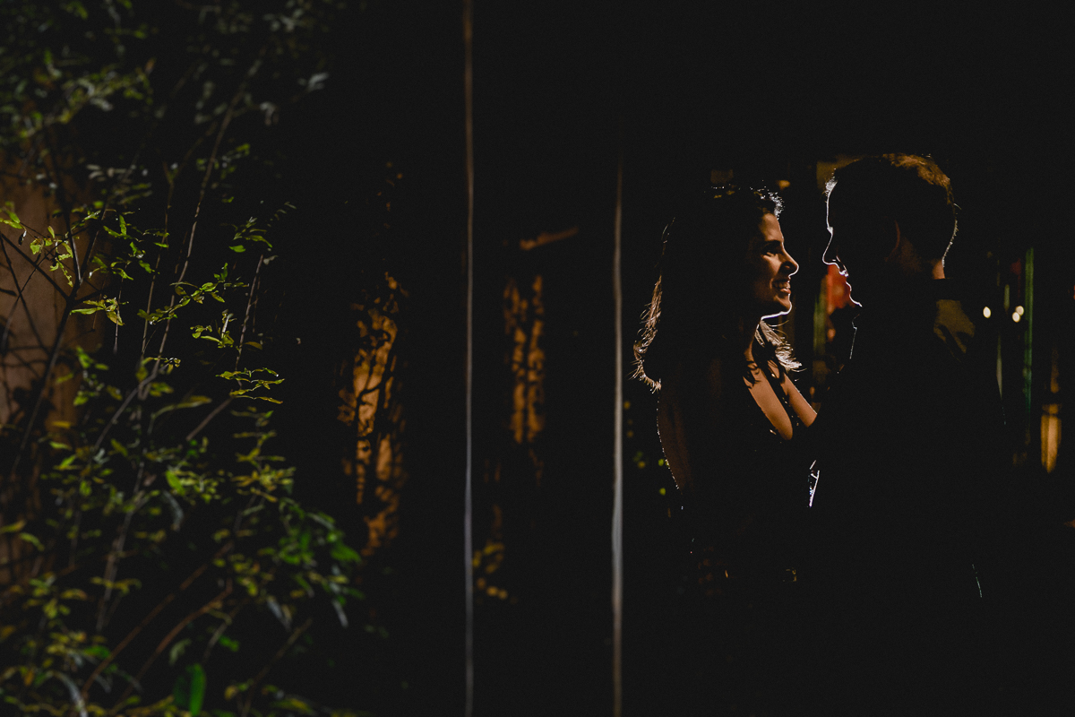 Silhueta da Clarissa e seu marido na fachada do Tatu Bar e Palco