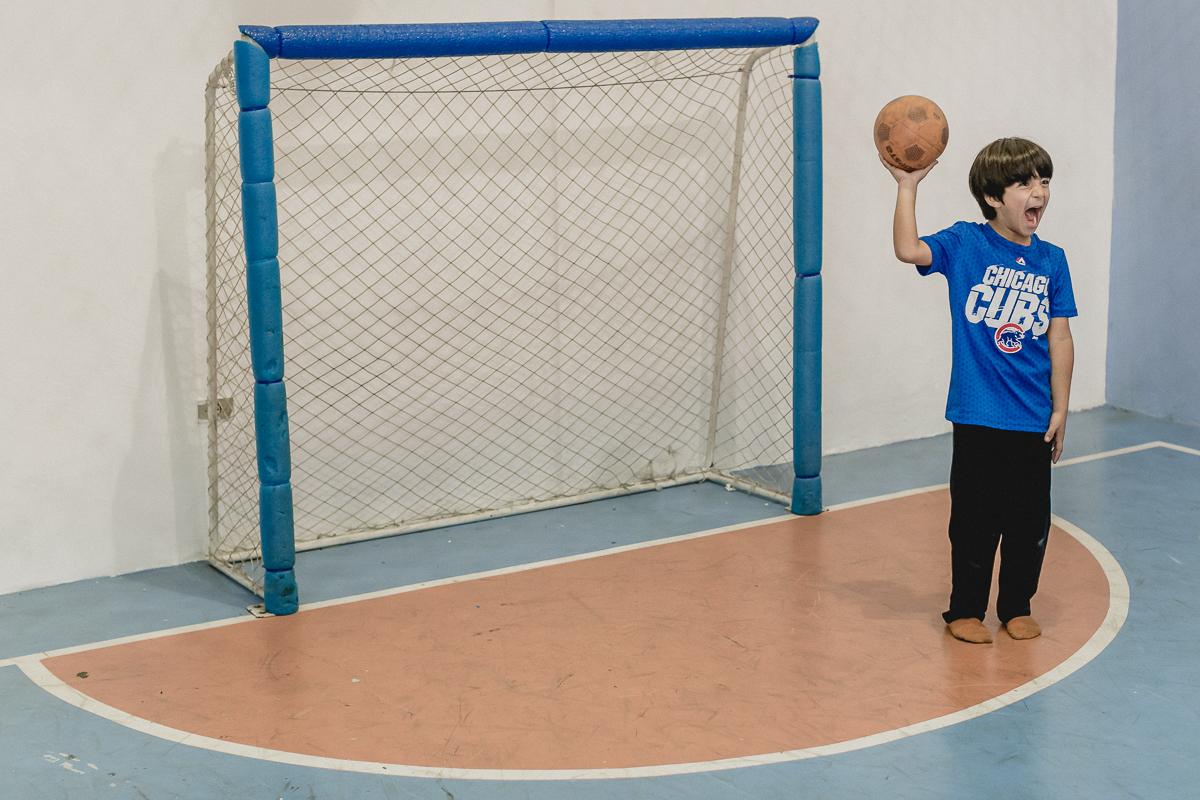 jogando handball segunrando a bola
