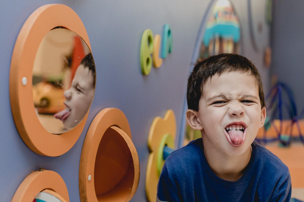 retrato fazendo careta no espelho