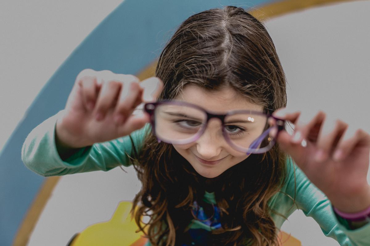 fazendo careta com o oculos de grau