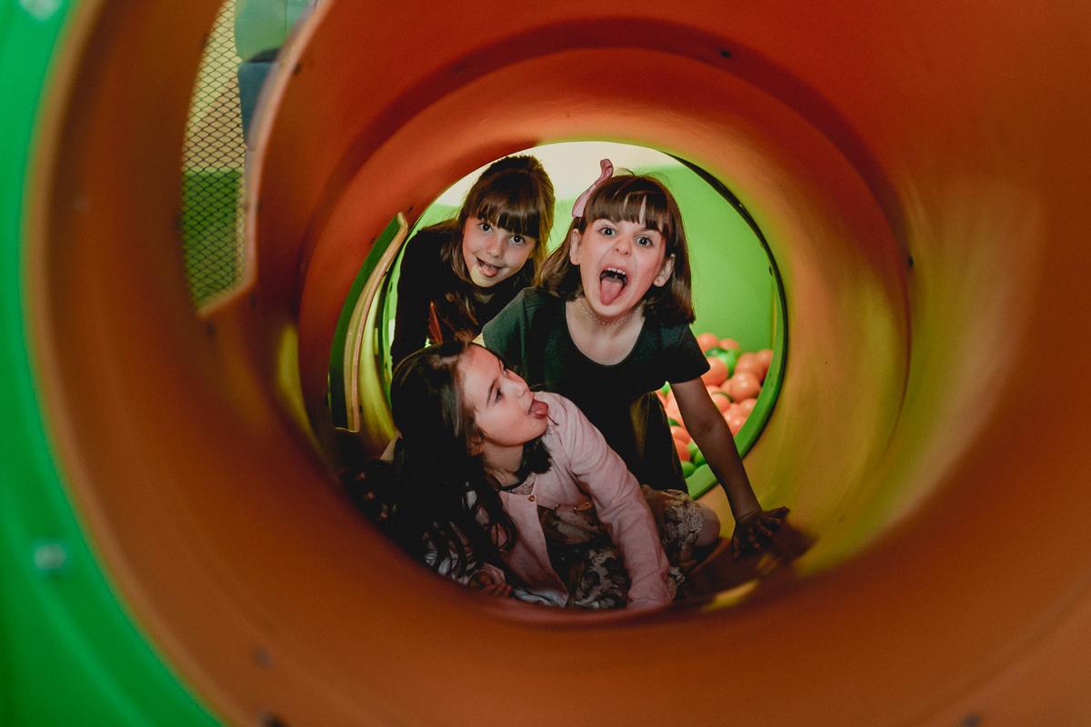 brincando dentro do tunel
