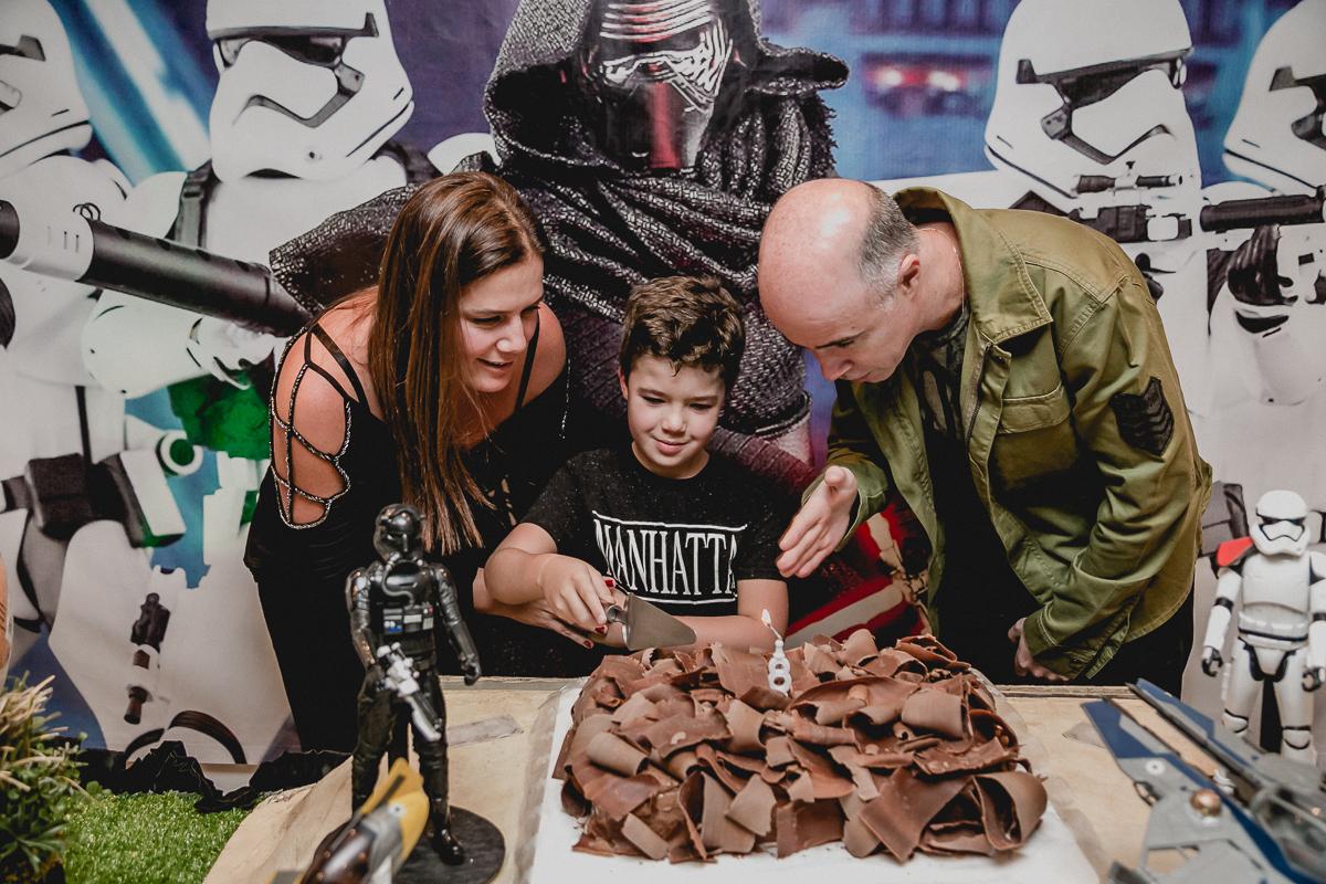 cortando o bolo com os pais