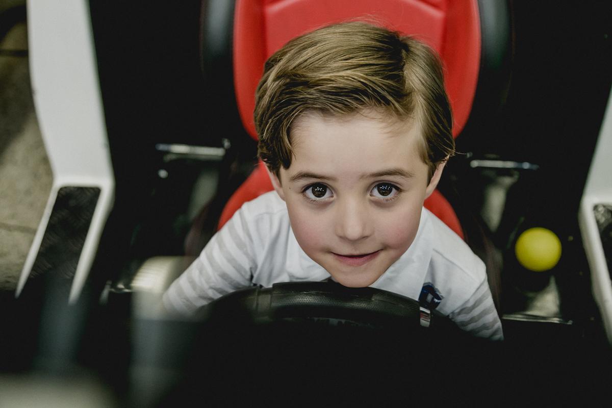 amiguinho brincando no carrinho de video game