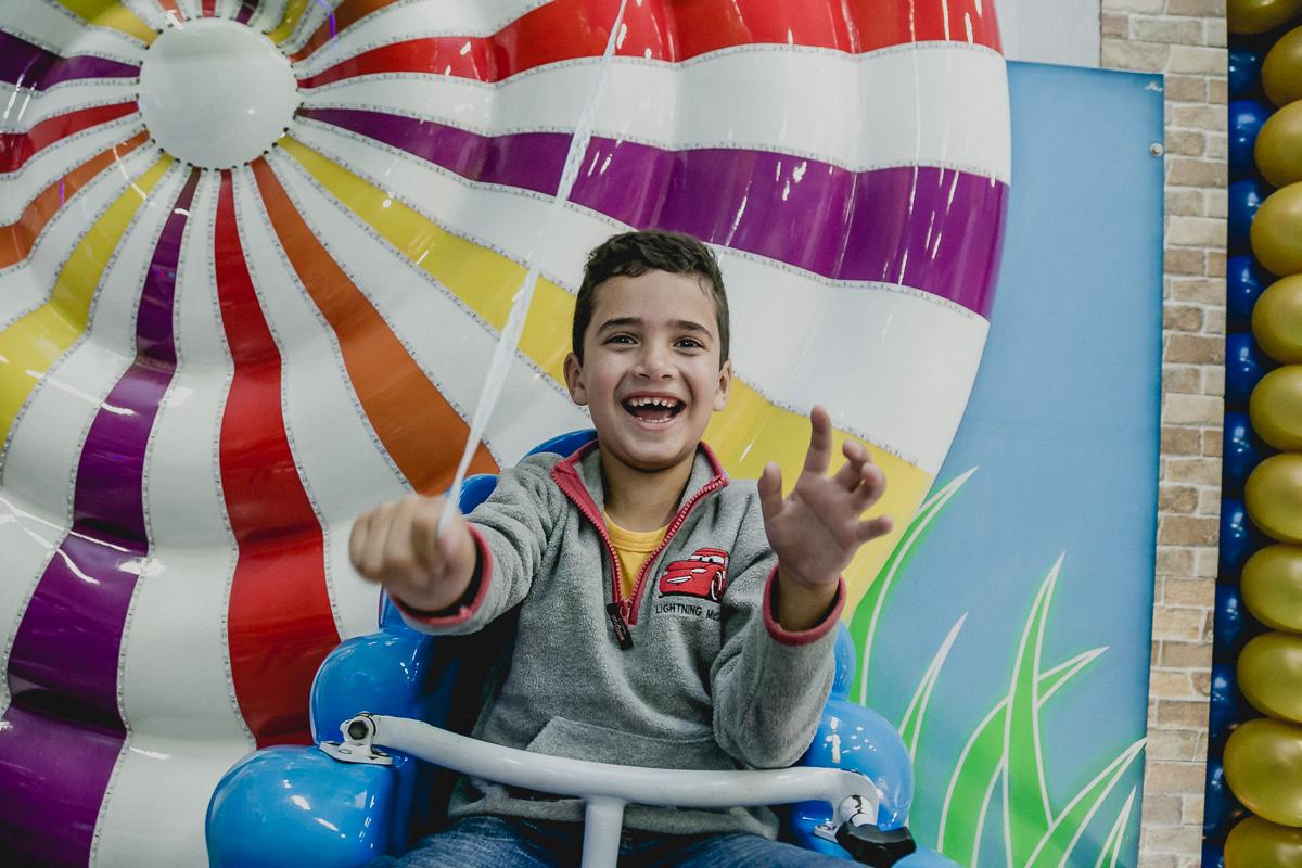 Amiguinho brincando na roda gigante e dando muitas risadas