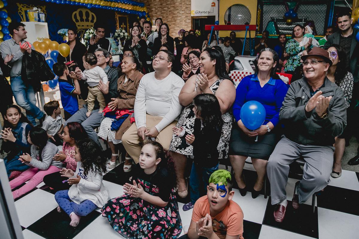 Familia batendo palmas apos a retrospectiva