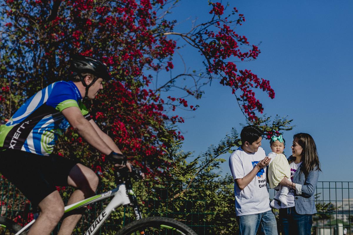ciclista passando durante o ensaio