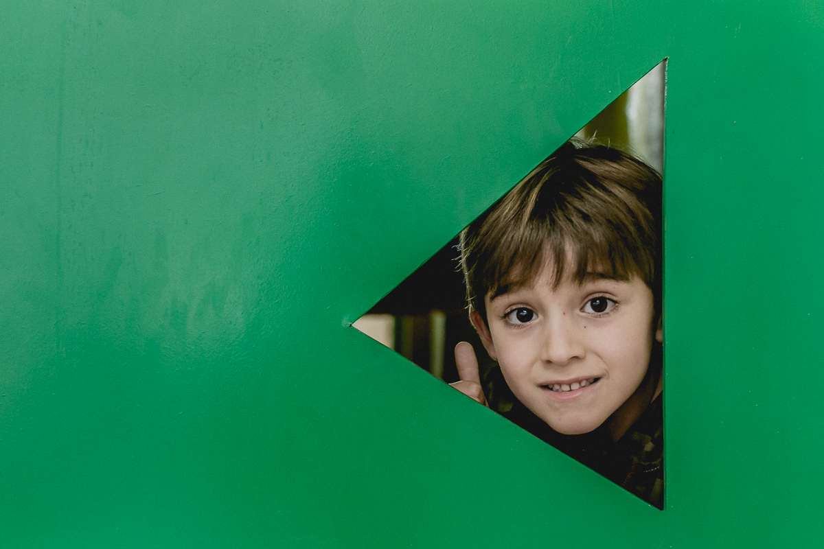 amigo com a cabeça no triangulo