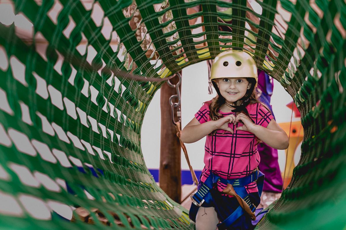 melissa fazendo coração no tunel